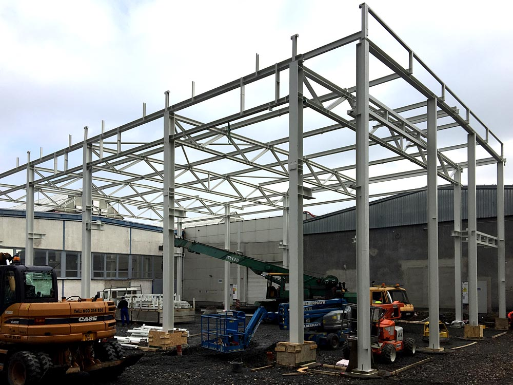 Výroba, dodávka a montáž ocelových konstrukcí o objemu 90t včetně montáže střešního pláště
