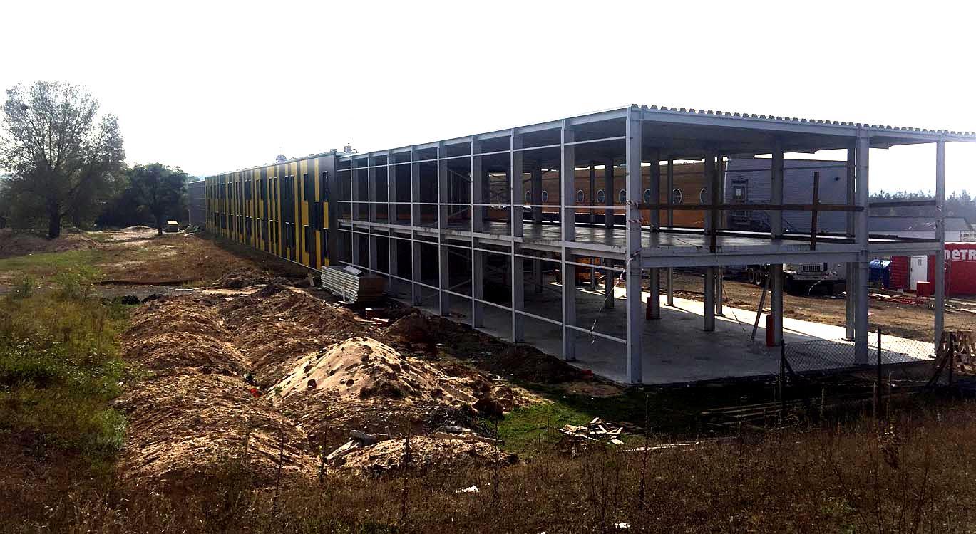 Výroba, stavba a montáž ocelové konsrtrukce o objemu 200t včetně střechy Sportovního centra Račice